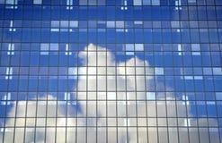 Prédio de escritórios com reflexão da nuvem Fotos de Stock Royalty Free