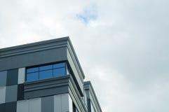 Prédio de escritórios com Windows azul Fotografia de Stock Royalty Free
