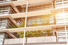 Prédio de escritórios de poupança de energia com jardim verde Foto de Stock