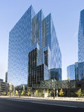 Prédio de escritórios de vidro moderno Fotos de Stock Royalty Free