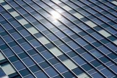 Prédio de escritórios do painel do indicador de vidro do arranha-céus Imagem de Stock