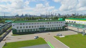 Prédio de escritórios e parque de estacionamento pela opinião aérea da planta filme