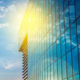 Prédio de escritórios em um dia nebuloso claro Céu azul no fundo Fotos de Stock Royalty Free