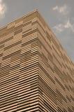 Prédio de escritórios moderno com fachada da madeira Imagem de Stock Royalty Free