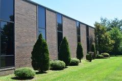 Prédio de escritórios moderno com janelas altas Foto de Stock Royalty Free