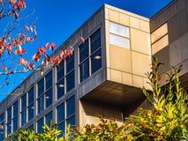 Prédio de escritórios moderno com janelas e o céu azul imagens de stock royalty free