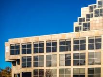 Prédio de escritórios moderno com janelas e o céu azul fotos de stock