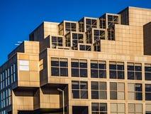 Prédio de escritórios moderno com janelas e o céu azul foto de stock royalty free