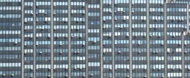 Prédio de escritórios moderno com muitos condicionadores de ar Imagens de Stock Royalty Free
