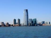 Prédio de escritórios moderno de encontro ao céu azul. Imagens de Stock
