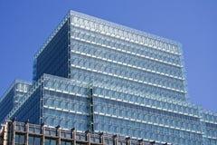 Prédio de escritórios moderno do vidro da cidade Imagem de Stock