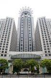 Prédio de escritórios moderno e céu azul Imagens de Stock