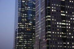 Prédio de escritórios moderno na noite Foto de Stock Royalty Free