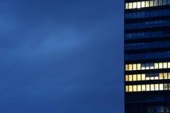Prédio de escritórios moderno no crepúsculo Imagem de Stock Royalty Free