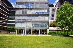 Prédio de escritórios moderno no parque da cidade Imagem de Stock