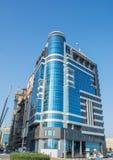 Prédio de escritórios moderno novo com a fachada vidro-folheada fotografia de stock