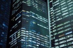 Prédio de escritórios na noite Fotos de Stock Royalty Free