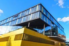 Prédio de escritórios no estilo moderno da arquitetura Imagens de Stock