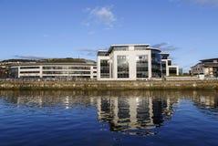 Prédio de escritórios no porto de Swansea foto de stock