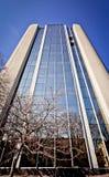 Prédio de escritórios novo no centro de negócios Imagem de Stock