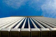 Prédio de escritórios que levanta-se ao céu imagem de stock