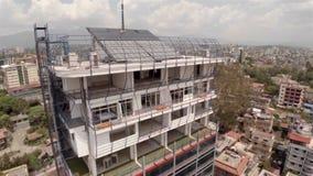 Prédio de escritórios sob a construção na metragem do zangão de Kathmandu vídeos de arquivo