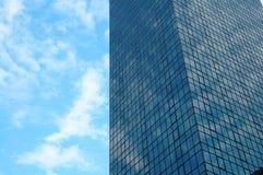 Prédio de escritórios sobre o céu Imagens de Stock Royalty Free