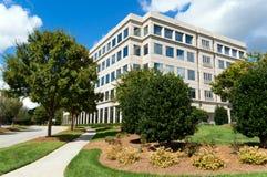 Prédio de escritórios suburbano foto de stock royalty free