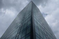 Prédio de escritórios vertical do arranha-céus no vidro Foto de Stock Royalty Free