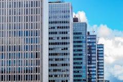 Prédios de apartamentos altos que estão na fileira Fotografia de Stock Royalty Free