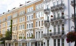 Prédios de apartamentos luxuosos em Kensington Construções residenciais de Londres do centro Londres, Reino Unido foto de stock