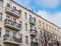 Prédios de apartamentos modernos com balcões pequenos Imagem de Stock Royalty Free
