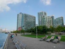Prédios de apartamentos modernos em New York City imagem de stock