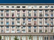 Prédios de apartamentos no bulevar de Magheru Imagens de Stock