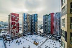 Prédios de apartamentos novos de Fasade em Moscou no inverno Imagens de Stock