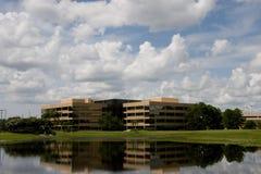 Prédios de escritórios através do lago Fotos de Stock