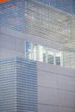 Prédios de escritórios com arquitetura incorporada moderna - conceito do negócio e do sucesso, céu azul, janelas Imagem de Stock