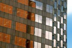 Prédios de escritórios com reflexões imagens de stock