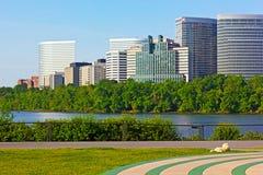 Prédios de escritórios da margem do Rio Potomac fotos de stock royalty free