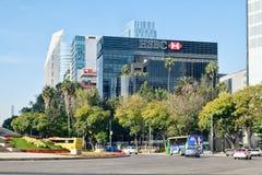 Prédios de escritórios e arranha-céus modernos em Paseo de la Reforma em Cidade do México fotos de stock