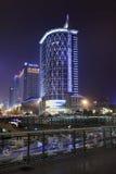 Prédios de escritórios iluminados na noite, Chengdu, China Fotografia de Stock