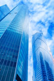 Prédios de escritórios modernos Baixo ângulo disparado do skyscrap de vidro moderno Imagem de Stock