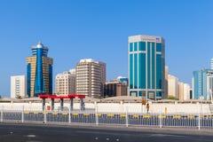 Prédios de escritórios modernos de Manama imagens de stock
