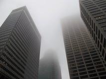 Prédios de escritórios modernos na névoa Fotografia de Stock