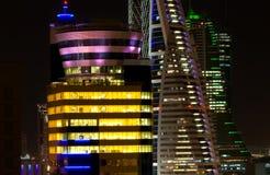 Prédios de escritórios na noite imagem de stock