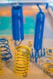 Prélevez le produit des ressorts hélicoïdaux hélicoïdaux en métal bleu et jaune Photo libre de droits
