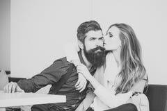 Prélude - couple dans l'amour Jeunes couples en café Photos libres de droits