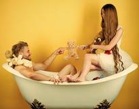 Prélude - couple dans l'amour La femme dans la robe et le type avec le jouet soutiennent Photo stock