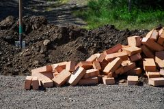 Préparé aux briques de travaux de construction trouvez-vous à côté d'une pelle et d'un g images stock
