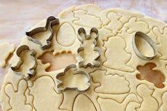 Préparant des biscuits de pain d'épice de Pâques point par point Image stock
